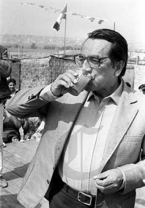 Alfonso Barrantes Lingán y el vaso de leche