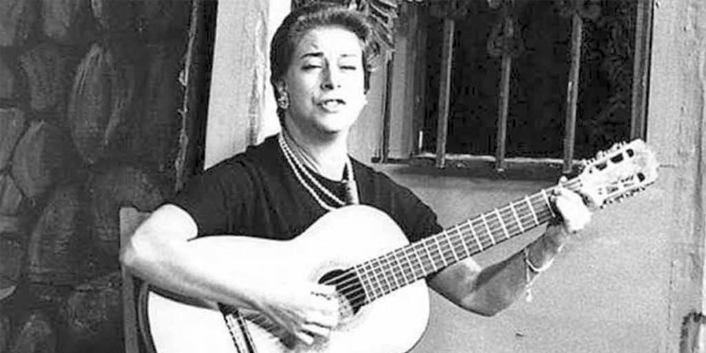 Chabuca Granda con una guitarra