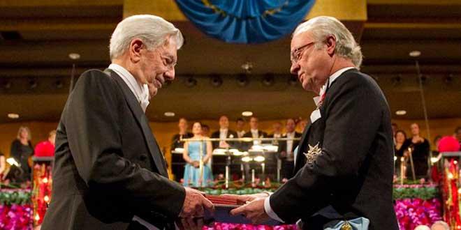 Mario Vargas Llosa recibiendo el Nobel de Literatura