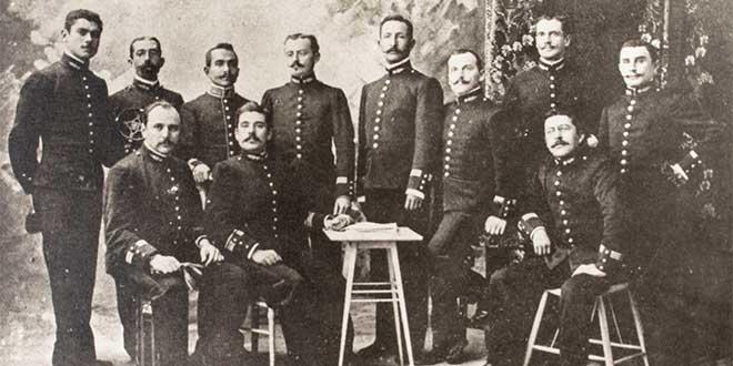 Oscar R. Benavides con oficiales peruanos
